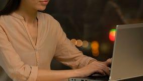 研究膝上型计算机的年轻女性雇员,准备财政逻辑分析方法报告 股票视频