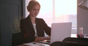 研究膝上型计算机的微笑的女实业家 影视素材