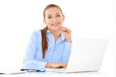 研究膝上型计算机的微笑的女实业家 库存照片