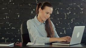 研究膝上型计算机的愉快的女实业家在 影视素材