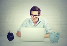 研究膝上型计算机的成功的人在他的办公室 库存照片