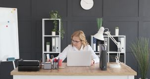 研究膝上型计算机的成熟女实业家 股票视频