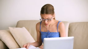 研究膝上型计算机的担心的混乱的妇女,有文件的问题 股票视频