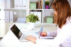 研究膝上型计算机的新女实业家 免版税库存照片