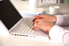 研究膝上型计算机的新女实业家 免版税图库摄影