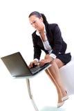 研究膝上型计算机的深色的女商人 库存照片