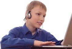 研究膝上型计算机的男孩 免版税库存图片