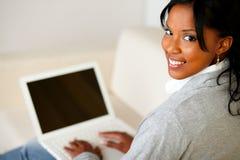 研究膝上型计算机的美丽的少妇 免版税库存图片