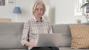 研究膝上型计算机的老妇人 股票视频