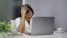 研究膝上型计算机的被注重的资深妇女 股票视频
