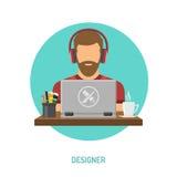 研究膝上型计算机的设计师自由职业者 免版税库存照片