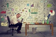 研究膝上型计算机的资深商人执行委员在办公室 库存图片