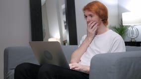 研究膝上型计算机的震惊,吃惊的红头发人人 库存照片