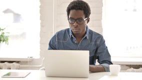 研究膝上型计算机的非洲人 股票录像