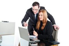 研究膝上型计算机的年轻商人 免版税库存图片