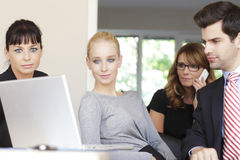 研究膝上型计算机的Businessteam 免版税库存图片