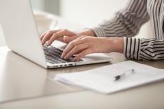 研究膝上型计算机,女性手的女实业家键入在键盘 库存照片