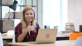 研究膝上型计算机,往照相机的赞许的黑人妇女 股票视频