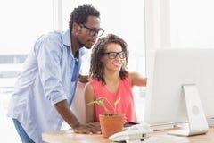 研究计算机的两个创造性的企业同事 免版税库存图片