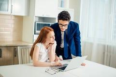 研究计算机的企业队在办公室 免版税库存图片
