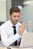 研究计算机的商人在现代办公室 库存图片