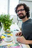 研究计算机的图表设计师在他的书桌 免版税库存图片
