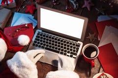 研究计算机的圣诞老人 免版税库存照片