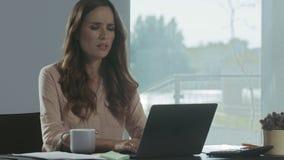 研究计算机的女商人 专业工作者特写镜头画象  影视素材