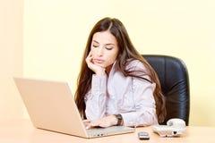研究计算机的妇女在办公室 库存照片