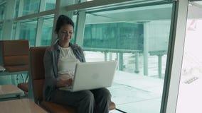 研究计算机的妇女 影视素材