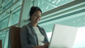研究计算机的妇女 股票录像