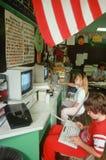 研究计算机的子项在教室 免版税库存照片