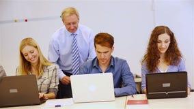 研究计算机的学生和老师 股票录像