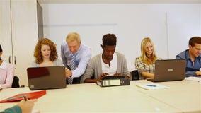 研究计算机的学生在教室 股票视频