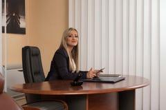 研究计算机的少妇在办公室 图库摄影