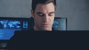 研究计算机的开发商程序员在数据中心充满显示器屏幕 steadicam射击 影视素材