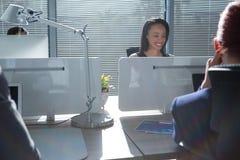 研究计算机的执行委员在办公室 免版税库存图片