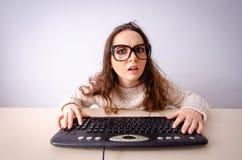 研究计算机的滑稽的书呆子女孩 库存照片