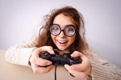 研究计算机的滑稽的书呆子女孩 免版税库存图片
