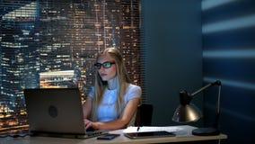 研究计算机的美好的女性程序员在现代办公室在晚上 股票视频