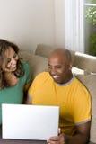 研究计算机的非裔美国人的夫妇 库存图片