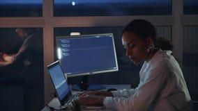 研究计算机的非裔美国人的女性工程师侧视图在电子实验室 做发展  股票录像