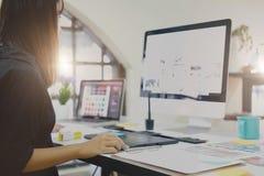 研究计算机的年轻亚裔图表设计师 免版税库存图片