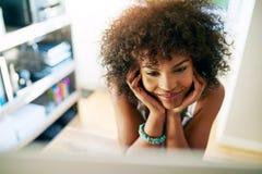 研究计算机的年轻黑人企业家 库存图片