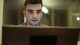 研究计算机的年轻商人 股票视频