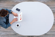 研究计算机的经理在灰色表上 图库摄影