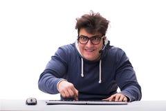 研究计算机的滑稽的书呆子人隔绝在白色 库存图片