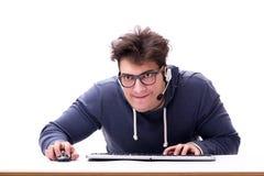 研究计算机的滑稽的书呆子人隔绝在白色 免版税库存图片