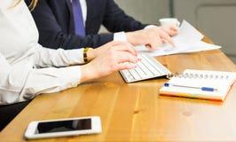 研究计算机 键入某事的妇女特写镜头 免版税库存图片
