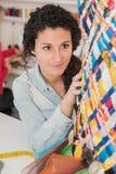 研究设计的年轻时装设计师 库存图片